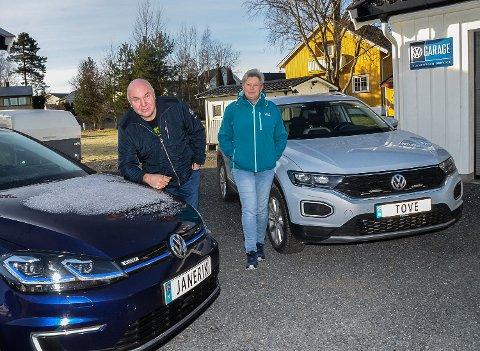 PERSONLIGE SKILT: Ekteparet Jan Erik og Tove Andersen er to av de over 7.600 i Norge som har personlige skilter på bilene sine.
