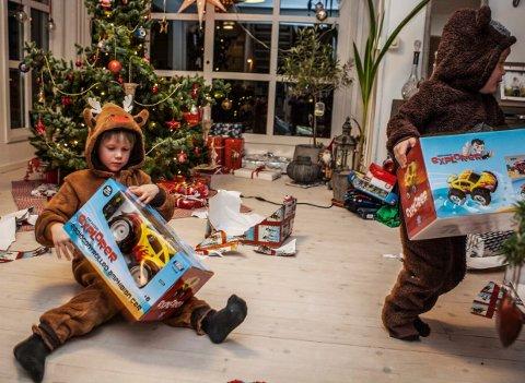 KJENT SYN: I mange stuer flyter det over med julepapir og emballasje på julaften. Husk at julepapir og julehyssing ikke skal i peisen, men kastes i restavfallet. Grønt Punkt Norge-sjefen anbefaler å opprette avfallstasjoner i stua for å holde orden på emballasjeberget.