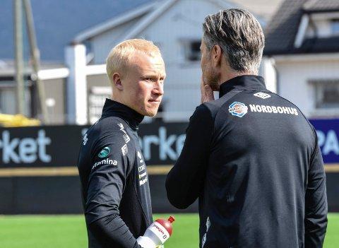 ÅPNE KORT.  Julian Faye Lund får beskjed av  trener Vegard Hansen at han ennå ikke har bestemt seg for hvem som skal stå i MIF-målet mot Strømsgodset fredag kveld.