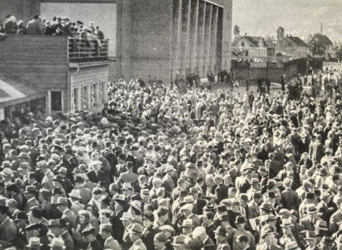 Stappfullt: Midt på sommeren krigsåret 1942 ble det satt publikumsrekord under travløp på Marienlyst. Helt til venstre totalisatorbodene der man kunne kjøpe bonger for en og to kroner.  I bakgrunnen ser vi Turnhallen.Foto: Travsport i Drammensdistriktet i 130 år
