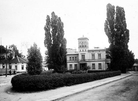 Grev Wedels plass: Opparbeidet og beplantet av «Forskjønnelsen» i 1870-årene, senere omarbeidet og fornyet. Plassen ble totalrenovert sommeren 2019. Bildet er trolig fra rundt 1900. Foto: DTARKIV