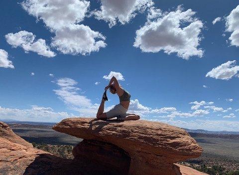 ELSKER YOGA: Cecilie Hæhre fra Åmot elsker yoga, og nå skal hun også bruke kunnskapen inn i jobben på Bik Bok.
