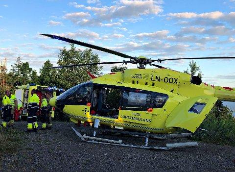 Det var onsdag kveld at flere nødetater rykket ut til en fallulykke i Sande. Mannen som var involvert ble fraktet til Drammen sykehus i helikopteret med uavklarte skader. .