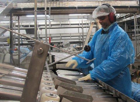 Over 30 år: Johan A. Augustin har over 30 års fartstid og er del av ryggrada i produksjonen i Gunhildvågen. Foto: Arve Solbakken