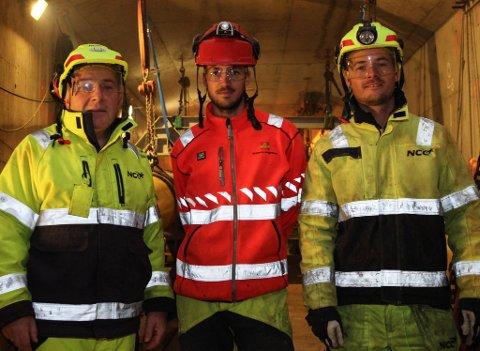 TRIOEN: F.v. Tore Årberg, prosjektleiar NCC Florø, Sjur Lauvdal, byggeleiar Statens Vegvesen, Espen Årberg, anleggsleiar NCC Florø. Desse tre er mellom dei som sørger for at arbeidet går framover og Osstrupen bru toler nye femti års bruk.