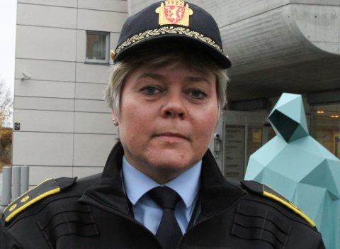 JOBBAR OPE: Tenestestadsleiar for politiet i Florø, Wenke Hope, fortel dei tre lovbrota i natt ikkje nødvendigvis har noko med kvarandre å gjere.
