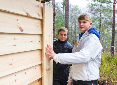 SPIKRING PÅ GAPAHUK: Håvard Taklo (15) og Kristoffer Sandal (15) brukte delar av utplasseringsveka på å bygge veggar på den nye gapahuken på Vassenden.