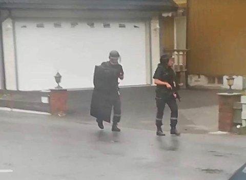 VÆPNA AKSJON: Politiet gjekk til væpna aksjon etter melding om kulehol i eit vindauge på eit bustadhus i Øvre Årdal.