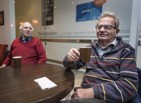 Positive: Leif Leirud (76) og Egil Pedersen (77) er i aldersgruppen til de som er mest positive til flyktningene. Foto: Geir A. Carlsson