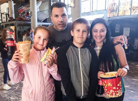 Familien Rodriguez benytter kinoen minst to ganger i  måneden. Nå kan det hende de må belage seg på dyrere billettere og høyere priser i kinokiosken. Fra venstre er Gabrielle, Dominic og Nadia. Bak står Jose, mens den eldste og yngste av barna ikke ville være med på bildet.