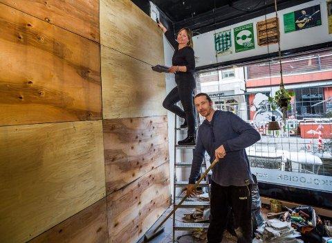 PUSSER OPP: Janne Kristoffersen og Kim André Pettersen hos Greenhouse Økomat har brukt den siste tiden på å pusse opp lokalene. Nå gleder de seg over at kafeen deres snart kan åpne dørene igjen.