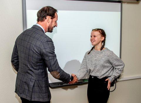 12 år gamle Emilie Holter hilste på Hans Kongelige Høyhet Kronprins Haakon, før hun fortalte hvordan det var å leve med spiseforstyrrelser. Det gjorde inntrykk på Kronprinsen.
