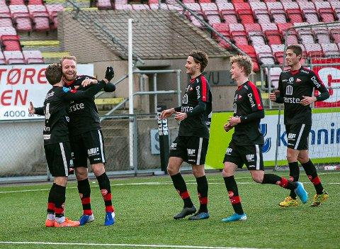 AVGJORDE: Henrik Kjelsrud Johansen satte 2-1 på overtid og fikk en fortjent klem av Jakob Lindström. Tomas Lopez Borgersen, Marcus Wenneberg og Noah Bech Hermansen kom også til.