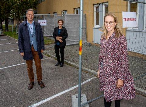 Ordfører Jon-Ivar Nygård og kommunedirektør Nina Tangnæs Grønvold er fornøyde med det nye koronasenteret. De fikk en omvisning av assisterende leder Christina Hjorth Tollefsen tirsdag.