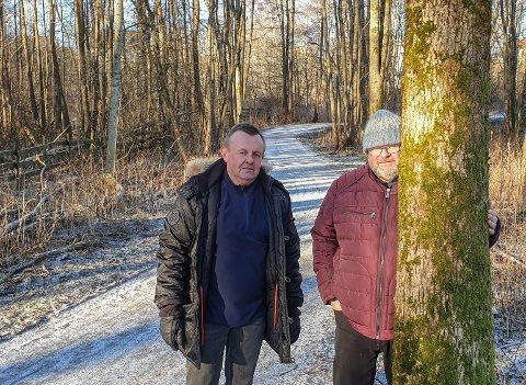 Herrene i Hauge lokalsamfunnsutvalg ønsker seg lys på Glommastiens. 750 meter mellom Hauge og Omberg blir stupmørke når dagen blir til kveld. Ulf Helliksen (til venstre) er prosjektleder for tiltaket, mens Kjell Hauge er lokalleder.