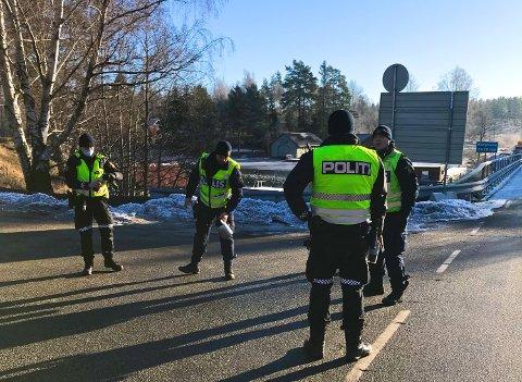 HILSTE PÅ: Søndag formiddag kom to svenske politimenn gående over brua som skiller Norge og Sverige på Kornsjø for å hilse på sine norske kolleger.