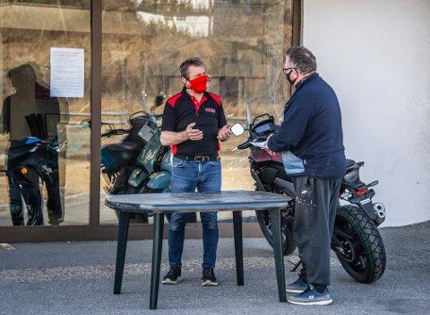 Daglig leder Ronny Leere må møte kundene utenfor butikken i Mosseveien.