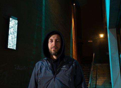 - Lyset i passasjen viser via lysstyrke og bevegelse at forbipasserende er registrert – og hvor mange mennesker som er der inne samtidig, sier lyskunstner Pekka Stokke.