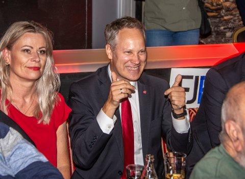 Jon-Ivar Nygård kan trygt vende tommelen opp for en plass på Stortinget. Her er han med samboer Anne Gro Bjerknes på valgvaken på City Scene.