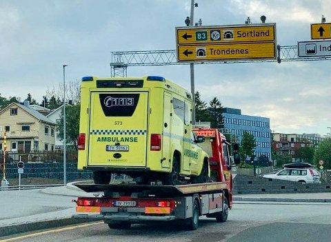 Mandag kveld ble ambulansen som kolliderte på vei inn mot Harstad hentet av bergingsbilen.