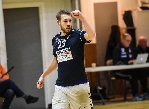 GOD: Falk-kaptein Filip Svele koste seg i Malvikhallen, da Falk først kom i gang søndag. Han avsluttet Falk 33-26-seier med en flyver og ble også kåret til Falks beste spiller.