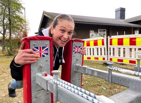 KRAFTTAK: Emilie Marques gjør klar standen til Horten Rugbyklubb. Alle som vil kan måle krefter med denne scrammasteren, heter det visst. – Det skulle jo vært norske flagg, ler hun.