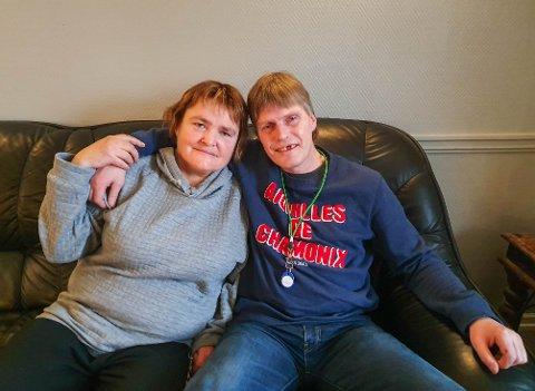 KAMPKLARE: For Lise Lindahn (55) og Anders Nordlie (52) har omsorgen ved Syningom vært akkurat det de har trengt. Beboerne er bekymret for hva en nedleggelse vil bety for framtida.