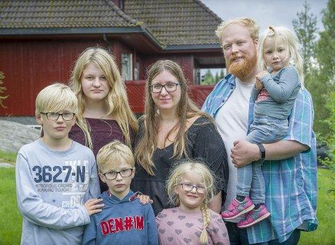 FAMILIE: Alle med etternavnet Asp Søraa. Mor og far, Ida Kristin og Joakim, omgitt av Eva Sofie 13 år, Sebastian 9 år, Alfred 7 år, Amanda 5 og Solveig på 2 år. De bor midt i boligfeltet på Matrand.