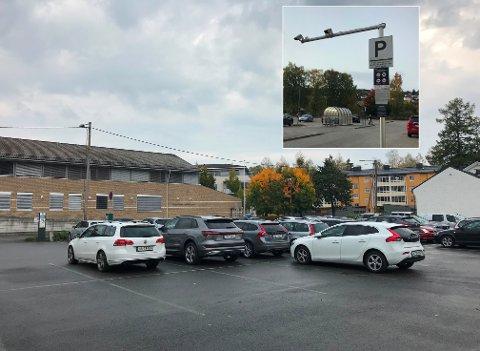 ULIKT: Parkeringsbestemmelsene er veldig ulike. Ved den store parkeringsplassen i Parkvegen må man betale per døgn. Skal man bare parkere på kveldstid, koster det ingenting. Ved Kongssenteret (innfelt) får man en time gratis, men deretter må det betales per påbegynt time. Dette gjelder hele døgnet.