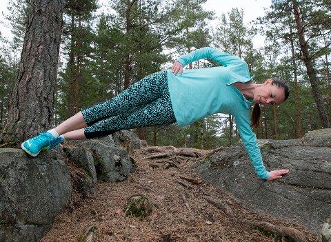 KREATIVITET: La terrenget inspirere deg til nye øvelser. Her viser Kristin Granum Rosebø en sideplanke.   FOTO: Pedersen, Terje / NTB scanpix