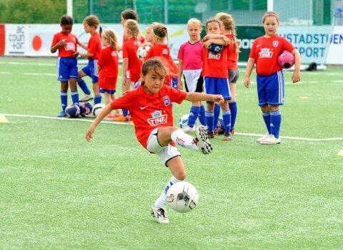 TINE Fotballlskole samler til sammen rundt 300 gutter og jenter på Stampesletta på Lillehammer i juni og august.
