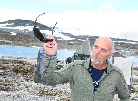 FORSTÅR BEKYMRINGEN: - Det er fortsatt mye snø, og det kan være vanskelige forhold i fjellet så tidlig på sommeren, sier Kjell Hjellødegård som er bestyrer på Snøheim Turisthytte.