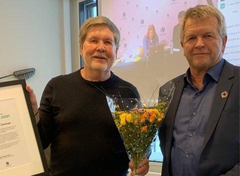 PRIS: Leder Ivar Ringen mottok på vegne av Gropmarkas venner Miljøpris 2021. Terje Rønning, leder i Lillehammer Venstre, sto for overrekkelsen.