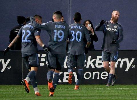 SMIL: Det er lov å smile når man scorer sitt første mål for New York City. Jo Inge Berget helt til høyre i bildet.