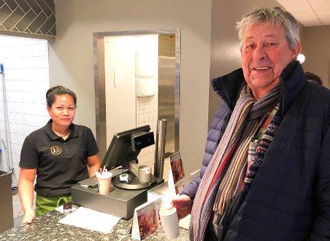 GJEST: Ole Jan Solbakken trives med en kaffekopp på Bakeriet og skryter av Chulalak Stenersen og kollegene hennes.