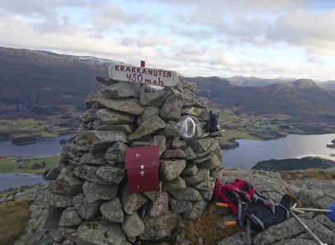 Ved varden: Flott utsikt frå toppen. foto : Jon Olav Velde/HAUGESUND TURISTFORENING