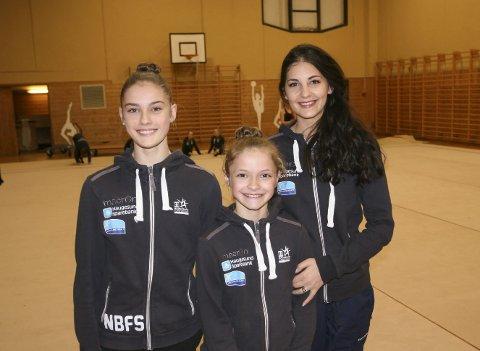 STOLT TRENER: Stela Sultanova (t.h.) har trent Thea Herløe (i midten) og Nora Flatebø Skiftestad i fem år. Nå er de begge tatt ut på det norske juniorlandslaget i RG. FOTO: JOAKIM ELLINGSEN