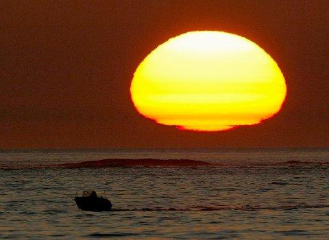 Aprilhimmelen i solnedgang er et yndet objekt for fotografer. Her har Jan Kåre Ness foreviget en solnedgang ved Sørhaugøy fyr i april for 11 år siden. Nå melder meteorologen om finvær i flere dager.