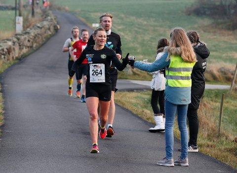 UTEN MAT OG DRIKKE: … duger ikke løpere som Ann Kristin Mosbron fra Haugesund. I fjor var det en deltaker i Karmøy Maraton som kollapset på grunn av dehydrering.