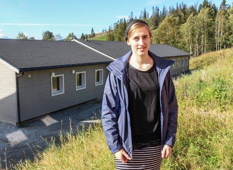 Kassia Buchmüller ønsker å kjøpe en av brakkeriggene nedenfor hotellet i Hattfjelldal.