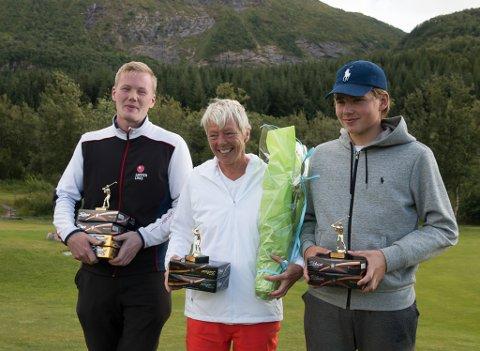 VANT: Chris Johan Larsen fra Varanger golfklubb vant juniorklassen i nordnorsk mesterskap i helga. Her sammen med vinnerne i de andre klassene: Lars Magnussen fra Lofoten og Gry Eriksen fra Polarsirkelen golfklubb.