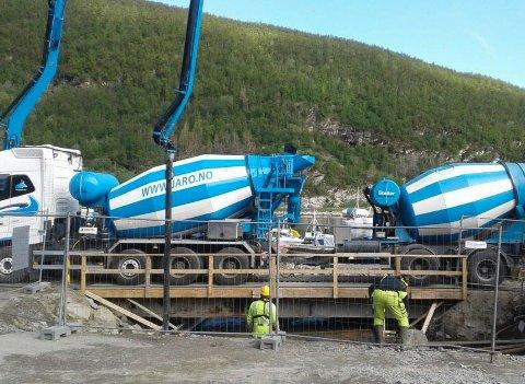 Tecto Entreprenør AS driver med gjenbruk. En ti meter lang bru som er brukt i forbindelse med fundamentering til et nytt fergeleie.