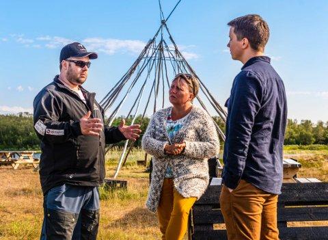 Festivalsjef Jon Arne Pettersen forteller om de store planene til ordfører Aina Borcxh og varaordfører Jonas Nymo som lytter intenst.
