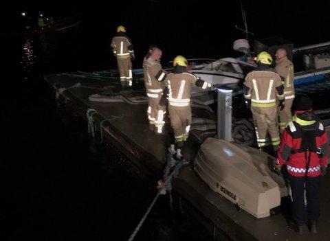 AKSJONERTE: Brannvesenet og mannskapet fra redningsskøyta prøvde å berge båten, men det lyktes ikke.
