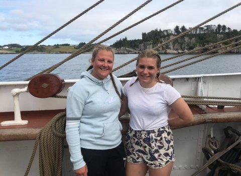 SJØFOLK: Oline Torland og Sara Borgenvik har plukka opp nautiske uttrykk, gått skift og blitt kjent med mange nye personar, etter at dei mønstra på seglskuta «Sørlandet».