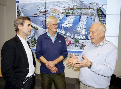 Positive: Lars E. Wilhelmsen (Sportspartner), Stig Kløvstedt (leder av seilforeningen) og initiativtaker Hans Narverud, var alle positive til å gå videre etter møtet sist mandag kveld. Foto: Pål Nordby