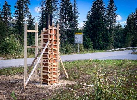 ET TÅRN? Forskalingen til det som kan se ut som et tårn er bygget ved innkjøringen til Søndre Blefjellvei. Dette skal bli et nytt velkomstskilt med belysning inni.