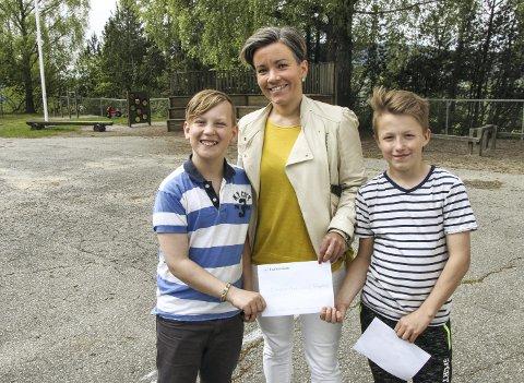 Overrakte brev: Gard Warp (til venstre) og Adam Saskowski overleverte et brev til ordfører Gunn Cecilie Ringdal, der elevrådet tok opp trafikkforholdene rundt skolen.Foto: Erik Modal