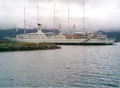 "Leknes havn,17.august-2013.Turistskip med segl. Trolig fremtidens løsning i kombinasjon med annen ""ikke petroleumsenergi""."