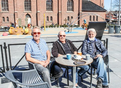 BLANDEDE FØLELSER: Onkel Blå får servere alkohol utendørs. Gjestene Gunnar Sollie (f.v.) og Øivind Aas synes det er bra mens Odd Kvalvik er skeptisk, av hensyn til barna på lekeplassen.